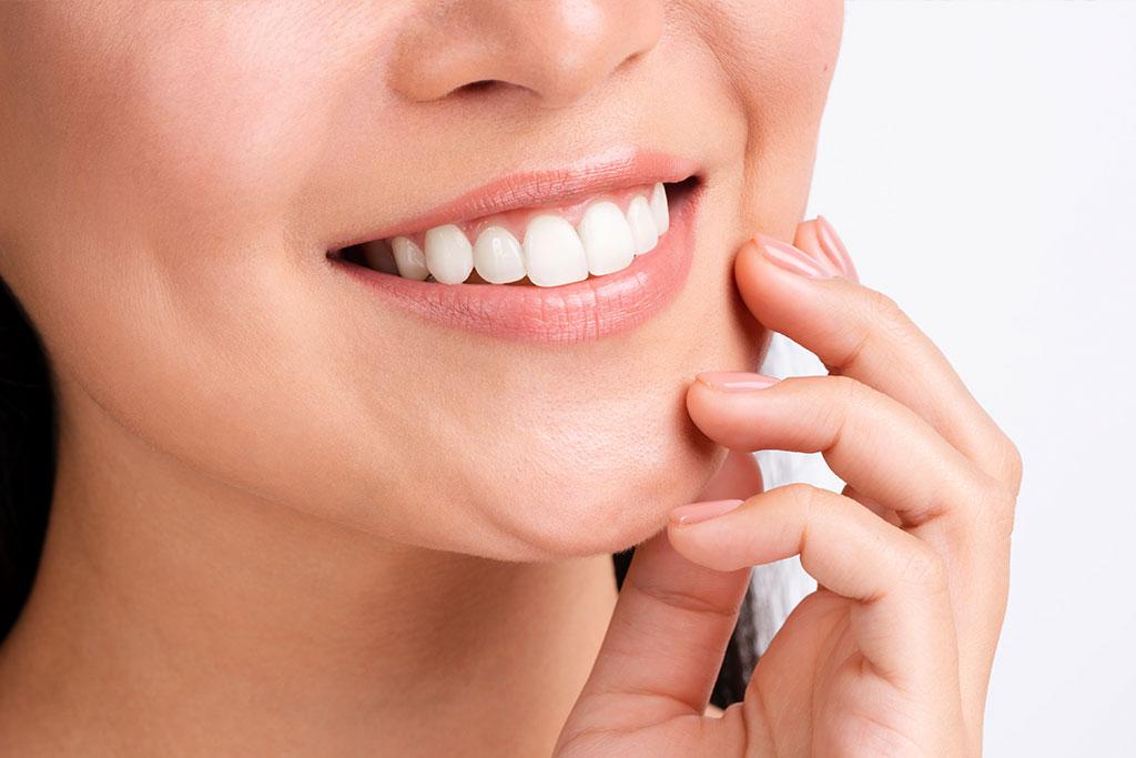 Избелване на зъбите – уврежда ли то емайла?